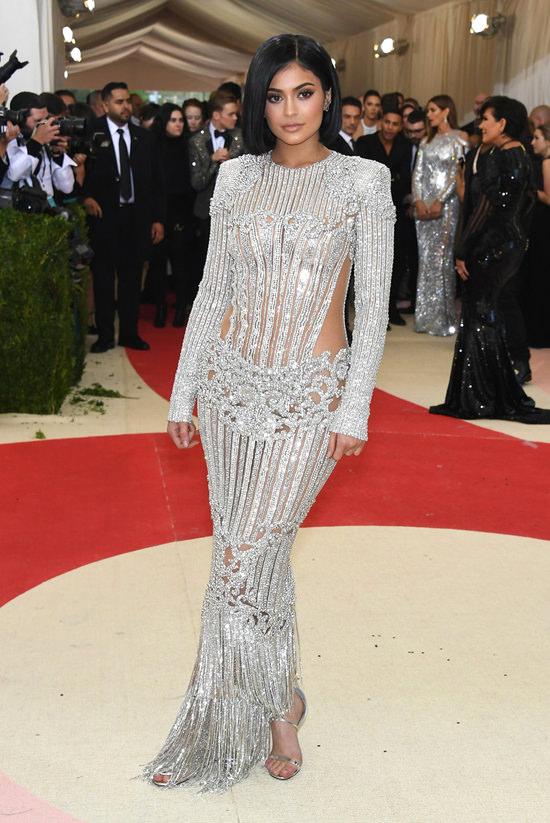 Kendall-Jenner-Kylie-Jenner-Met-Gala-2016-Red-Carpet-Fashion-Balmain-Atelier-Versace-Tom-Lorenzo-Site-6